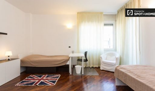 Room with terrace in 3-bedroom apartment in Bicocca