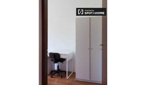 Tidy room for rent in 5-bedroom apartment in Affori picture